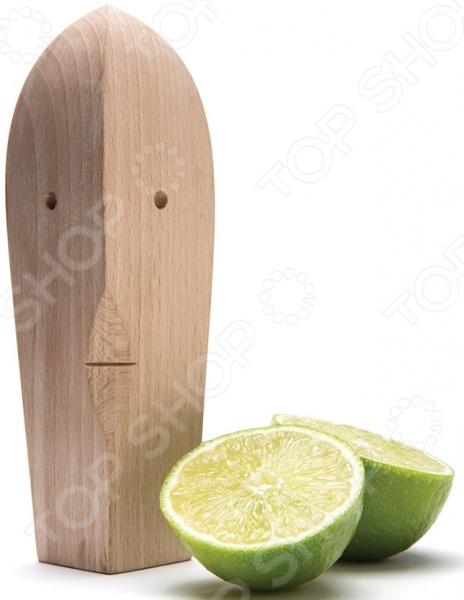 Пресс для лимона Monkey Business Juice Bruce из натуральной древесины. Это незатейливое приспособление выжмет из цитрусовых все соки до последней капли! Такой пресс просто незаменим в хозяйстве, ведь без сока лимона или лайма не обходится ни один соус, салат, крем и пр. Изготовленный из натурального материала он прекрасно взаимодействует с продуктами питания и не влияет на их вкусовые качества.