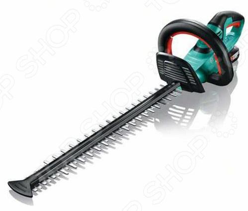 Кусторез электрический Bosch AHS 50-20 Li садовый инструмент для подрезания и придания формы кустам. Кусторез станет незаменимым помощником для обладателей частного дома с приусадебным участком. С его помощью вы сможете самостоятельно сформировать живую изгородь и придать вашему участку желаемый вид.  Функция пиления специальные зубья на передней части ножа легко справятся с ветками диаметром до 25 мм.  Изготовленные по лазерной технологии ножи с алмазной заточкой обеспечивают чистоту и точность среза.  Защитное устройство ножей для работы вдоль стен и фундамента.  Мягкое покрытие задней ручки, многопозиционная передняя ручка и прозрачная накладка для защиты рук.  Антиблокировочная система обеспечивает беспрерывную работу там, где другие кусторезы уже не справляются.  Syneon Chip интеллектуальное управление энергией для любого проекта. В комплект входит аккумулятор PBA 18V 2.5Ah W-B и зарядное устройство AL 1830 CV.