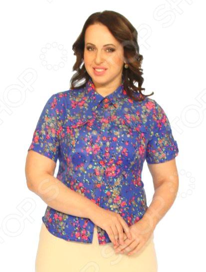 Рубашка Salvi Букет впечатлений это легкая рубашка длиной до середины бедра, которая поможет вам создавать невероятные образы, всегда оставаясь женственной и утонченной. Благодаря отличному дизайну она скроет недостатки фигуры и подчеркнет достоинства. Блуза прекрасно смотрится с брюками и юбками, а насыщенный цвет привлекает взгляд. В этой блузе вы будете чувствовать себя блистательно как на работе, так и на вечерней прогулке по городу. Можно отметить следующие особенности:  Втачной короткий рукав.  Рельефные вытачки спереди и по спинке изделия.  Рубашечный воротник.  Короткий рукав с манжетом.  Спереди имитация накладных карманов с клапанами .  Застёжка по планке, на манжетах рукавов и на клапанах на контрастных пуговицах. Блуза изготовлена из мягкой ткани 100 хлопок , благодаря чему материал очень приятен к телу. Благодаря хлопку кожа дышит и не преет.