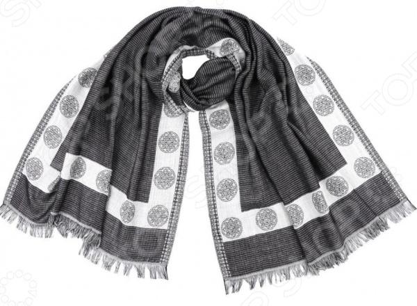 Шарф N.Laroni Наоми это шарф, который представляет собой известную и популярную модель для всех возрастов, идеально подходит для стиля casual. Обладательницы этого чудесного изделия, могут накинуть шарф на плечи, шею или же накинуть платок на голову обернув кончики во круг шеи, вы получите при этом шарф и шапку.  Шарф жаккардового плетения из вискозы.  Шарф по периметру украшен декоративным орнаментом в виде круга.  Края шарфа по ширине декорированы тонкой бахромой 2,5 см, из нити палантина.