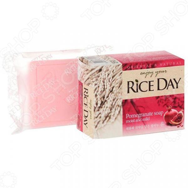 Мыло CJ Lion Rice Day с экстрактом граната и пиона отличное решение для ухода за кожей ваших рук и тела. Мягкая формула на основе натуральных растительных компонентов эффективно очищает кожу и оставляет комфортное ощущение увлажненности. Средство деликатно ухаживает за кожей, делая её гладкой и увлажненной. Предотвращает сухость и шелушение, великолепно смягчает кожу. Благодаря высокому содержанию белков, витаминов Е и А кожа становится более ухоженной и здоровой. Экстракт рисовых отрубей оказывает успокаивающее действие.  Главные преимущества средства  Содержит мягкие, очищающие компоненты, природного происхождения.  Создает нежную и деликатную пену, которая бережно очищает.  Обладает приятным тонким ароматом.  Оказывает питательное, очищающее и успокаивающее действие. Кусковое мыло не содержит вредных красителей и обладает благоприятным для кожи содержанием pH. Легко и быстро пенится и смывается, не оставляя пленку на коже.