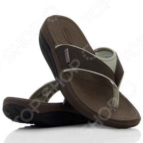 Сланцы мужские Walkmaxx Flip Flop сделают любую прогулку еще приятнее даже в самую жаркую погоду. Эта удобная обувь подойдет как для улицы, так и для домашнего использования. Однако они особенно хороши для отдыха на пляже. Поверхность подошвы сланцев покрыта пупырышками , которые очень приятно массируют стопу. Обувь имеет оригинальную округлую подошву Walkmaxx, которая способствует укреплению мышц ног и ягодиц. Стопа, перекатываясь с пятки на носок, находится в постоянном движении, усиливая циркуляцию крови. В результате ноги не затекают. При ходьбе в этих сланцах давление перераспределяется с суставов на мышцы, что позволяет терять вес и укреплять свое тело с каждым вашим шагом. Оцените основные преимущества Walkmaxx Flip Flop:  Удобные, привлекательные и современные: новый яркий дизайн, подчеркивающий изысканность вашего повседневного внешнего вида.  Оригинальная подошва округлой формы Walkmaxx изготовлена из EVA-резиновой смеси, обеспечивающей дополнительную амортизацию.  Стелька создает приятный массажный эффект.  Обеспечивают правильное положение стопы.