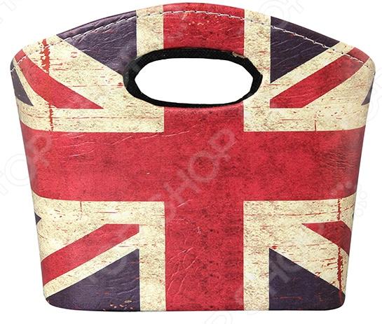 Сумочка интерьерная для хранения EL Casa Британский флаг стильный и практичный предмет декора, который пригодится в каждом доме. Наверняка вы сталкивались с ситуацией, когда многочисленная мелочь в полках постоянно теряется. А все потому, что она не имеет своего постоянного места хранения и кочует по всему жилищу. Сумка идеально подойдет для решения этой проблемы! Она может использоваться в качестве:  Косметички;  Шкатулки для бижутерии или ювелирных украшений;  Кейса для документов денег ценных бумаг;  Органайзера для канцелярских принадлежностей;  Хранилища для книг раскрасок журналов;  Коробки для одежды нижнего белья, носков и пр ;  Аптечки. Сумочка станет хранилищем для самых разных вещиц, поможет организовать порядок на полке или рабочем столе. Ее каркас из МДФ прочен и надежен, сохраняет форму даже под весом изделий. Благодаря покрытию из искусственной кожи сумка легко очищается от пыли и прочих загрязнений, отличается износоустойчивостью и надолго сохраняет насыщенность цветов. Сумка представлена в оригинальном стиле винтаж, декорирована под британский флаг. Она будет прекрасно гармонировать с любым интерьером, привнесет в него свежие нотки и особый уют.