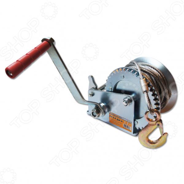 Лебедка тросовая SANTOOL 110203-012 применяется в строительных и ремонтных работах при отсутствии электричества. Ее используют для установки оборудования, разгрузке и погрузке материалов, а также во время такелажных работах. Эта модель оснащена ручным шестереночным механизмом и подходит только для горизонтального перемещения грузов. Инструмент состоит из стального сверхпрочного корпуса и надежного шестереночного механизма, который приводится в действие вращением ручки. Стальной трос прикрепляется одним концом к устройству, а свободным концом крепиться крюком к грузу. Эту лебедку особенно удобно использовать вне помещения. Достаточно маленький инструмент способен передвигать груз весом в 1,2 тонны.