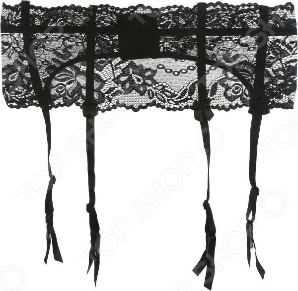 Каждый день женщина старается выглядеть женственно и утонченно. Для этого она заботится не только о верхней одежде, но и о правильном выборе нижнего белья и чулок, которые играют немаловажную роль в настроении и самовыражении прекрасного пола. Отличным решением на каждый день станет пояс для чулок Luce del Sole 1781, который идеально подходят для повседневного использования. Эта модель позволит вам ощущать комфорт в течении всего дня и чувствовать себя на высоте! Кружево для большей уверенности в себе Комфортный и невероятно удобный пояс для чулок позволит вам продемонстрировать свою уверенность в себе. Эта элегантная деталь женского туалета обладает рядом достоинств, за которые пояс придется вам по вкусу:  модель выполнена из кружевного полотна;  в состав полиамидовой ткани входят волокна эластана, которые позволяют кружеву растягиваться;  несъемные подвязки с прищепками регулируются по длине;  модель застегивается сзади на два крючка и имеет три позиции;  оригинальный женственный дизайн, который добавит изюминку вашему образу;  универсальный цвет и фасон изделия позволяют удачно комбинировать его с любыми чулками. Этот пояс отлично сидят на женской фигуре, подчеркивая силуэт и приятно облегая кожу бедер. В нем вы будете чувствовать себя привлекательно, пусть даже только вы знаете, что на вас надето.