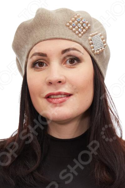 Берет LORICCI Весеннее чудо удобный головной убор, который подойдет женщинам любого возраста. Создавайте невероятные образы каждый день с помощью этого замечательного аксессуара. Прекрасно сочетается с весенней и осенней одеждой.  Легкий весенний берет без подкладки из полушерстяной пряжи.  Берет декорирован крупными геометрическими вставками из страз и бусин.  Теплый и комфортный в носке, в нем будет хорошо и уютно. Берет сделан из пряжи, состоящей на 70 из акрила и на 30 из шерсти. Полотно не растягивается и не дает усадки после стирки. Допускается машинная стирка в деликатном режиме при температуре 20-30 C . Глажка не требуется.