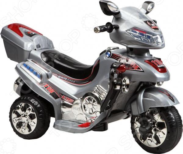 Дети любят во всем подражать взрослым. Это касается не только их поведения, но и желания обладать чем-то, что есть у родителей. Если девочки, подрастая, заимствуют у мам помаду, то мальчишки жаждут стать водителями крутых тачек! Воплотить эту мечту в реальность поможет очень классное и реалистичное средство передвижения! Очень реалистичные игрушки Мотоцикл электрический Пламенный Мотор ЯВ114593 подарит ребенку огромное количество положительных эмоций, ведь он станет обладателем собственного железного друга. Мотоцикл практически ничем не отличается от настоящего. Он оснащен:  мощными колесами;  комфортабельным сидением;  зеркалами заднего вида;  световыми эффектами;  багажным отделением;  поручнями;  приборной панелью;  встроенным MP3-проигрывателем;  удобной подставкой для ног.  Прочные шины обеспечивают игрушке достаточно хорошую проходимость, поэтому поездка по двору или парку будет максимально комфортной. А стильная расцветка и яркие наклейки заставят восхититься не только ребенка, но и окружающих людей. Лучший мотоцикл для вашего гонщика! Дети, видя игрушку, реагируют исключительно на ее внешний вид. Однако родители стараются учесть множество других факторов. И все они реализованы в данном изделии на самом высоком уровне.  Использование только качественных материалов пластик, металл и безвредные красители.  Прекрасная детализация и оригинальный дизайн.  Тщательная обработка игрушки нет острых углов, шероховатостей и пр.  Удобство и безопасность управления мотоциклом. Во время игры ребенок сможет не только повеселиться, но и улучшит координацию движений. Вождение, пусть и игрушечного, мотоцикла сделает ваше чадо более внимательным, аккуратным и сосредоточенным. Оно улучшит моторику пальцев, сформирует мускулатуру и обучит хорошо ориентироваться на местности. Теперь игры на свежем воздухе станут еще веселее, полезнее и увлекательнее!