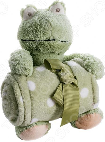 Плед детский с игрушкой 299226 замечательное дополнение для детской комнаты, которое привнесет в нее уют и комфорт. Комплект 2 в 1 приведет вашего малыша в неподдельный восторг и подарит море положительных эмоций. Ведь мягкий плед дополнен милой игрушкой, которая будет охранять сон ребенка и станет его преданным другом. Плед выполнен из высококачественного полиэстера. Этот материал очень приятен на ощупь, практически не мнется и не выцветает, отлично сохраняет тепло, создавая комфортные условия для отдыха и сна. Полиэстер прекрасно переносит как ручную, так и машинную стирку, не скатываясь и не теряя изначальную форму. Он легко очищается от пыли и загрязнений, достаточно быстро сохнет. Плед представлен в приятном зеленом цвете, дополнен узором в виде горошка. Он станет органичной частью интерьера детской комнаты, сделает ее еще более комфортной и обязательно согреет ваше чадо в холодное время. При необходимости плед всегда можно свернуть и оставить на хранение игрушечному лягушонку, надежно зафиксировав изделие между его лапками.