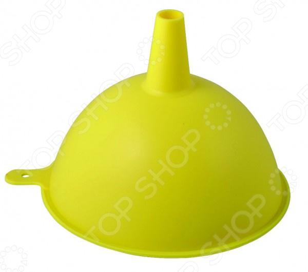 Воронка Regent Silicone практичное и удобное приспособление, предназначенное для комфортного переливания, как холодных, так и горячих жидкостей. Благодаря тому, что воронка выполнен из пищевого силикона, она не влияет на вкус, запах пищевых продуктов. Воронка имеет тонкое горлышко, которое подходит для емкостей с различным диаметром горлышка. Благодаря специальному отверстию для крючка, она может храниться в подвешенном состоянии рядом с другими кухонными принадлежностями. При желании изделие можно использовать для пересыпания сыпучих продуктов, например, соли, приправ, мелких круп.