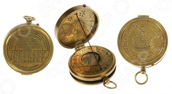 Набор сувенирный: солнечные часы и компас 35811 достойный сувенир для любителя путешествий. Это стильное устройство выполнено в виде старинных солнечных карманных часов. Корпус отлит из латуни с точной и четкой гравировкой арабских цифр. Символы нанесены как на циферблат, так и на внутреннюю сторону крышки. Лицевая сторона украшена надписью Coronation Of Elezabeth Ii June - 1953 . В механизм часов встроен внутренний магнитный компас, помогающий ориентироваться на местности, а также на циферблате есть обозначение севера. Этот аксессуар станет отличным подарком человеку, любящему красивые и практичные вещи.