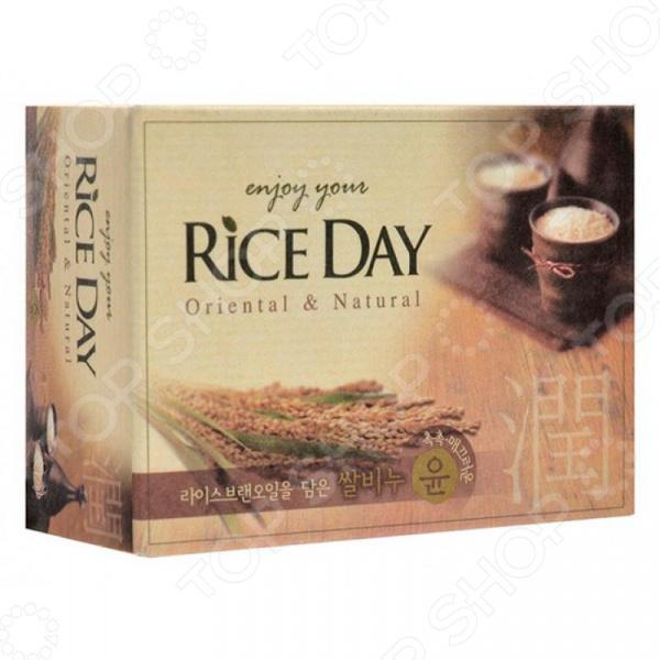 Мыло CJ Lion Rice Day с экстрактом рисовых отрубей отличное решение для ухода за кожей ваших рук и тела. Мягкая формула на основе натуральных растительных компонентов эффективно очищает кожу и оставляет комфортное ощущение увлажненности. Средство деликатно ухаживает за кожей, делая её гладкой и увлажненной. Предотвращает сухость и шелушение, великолепно смягчает кожу. Благодаря высокому содержанию белков, витаминов Е и А кожа становится более ухоженной и здоровой. Экстракт рисовых отрубей оказывает успокаивающее действие.  Главные преимущества средства  Содержит мягкие, очищающие компоненты, природного происхождения.  Создает нежную и деликатную пену, которая бережно очищает.  Обладает приятным тонким ароматом.  Оказывает питательное, очищающее и успокаивающее действие. Кусковое мыло не содержит вредных красителей и обладает благоприятным для кожи содержанием pH. Легко и быстро пенится и смывается, не оставляя пленку на коже.