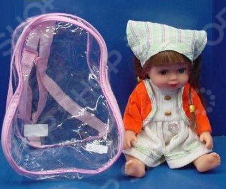 Кукла интерактивная Shantou Gepai Алина с темными волосами станет чудесным подарком для вашей доченьки. Очаровательная куколка с умилительными пухленькими щечками и озорными косичками не оставит равнодушной ни одну малышку, она с радостью будет играть с ней в дочки-матери, купать и кормить. Если нажать кукле на животик, то она начнет разговаривать. Малышка знает целых четыре фразы: Привет! , Меня зовут Алина! , Ты мне нравишься , Давай танцевать! .