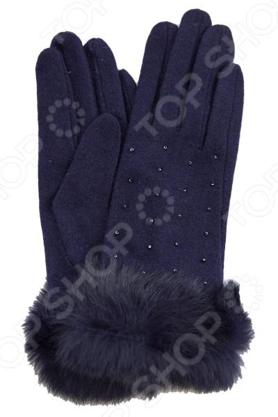 Перчатки Fabretti Фрэнка стильный аксессуар для холодного времени года, который не только спасет ваши руки от холода, но и подчеркнет оригинальность образа. Они выполнены из мягкого приятного на ощупь полотна, удобны в повседневном использовании. Прекрасно сочетаются с зимней одеждой.  Стильные перчатки без подкладки.  Трикотажное полотно хорошо растягивается и комфортно в носке.  Декорированы мелкими бусинами в тон.  Манжета украшена натуральным мехом кролика.