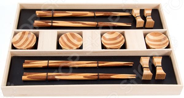 Набор для суши на 4 персоны 13910 комплект посуды и дополнительных принадлежностей японской кухни. Он представлен четырьмя комплектами палочек с подставками и четырьмя емкостями для соевого соуса. Такой набор идеально подойдет для поклонников восточного деликатеса, которые предпочитают готовить его собственными руками. Японцы крайне щепетильно относятся к вопросам еды, поэтому тем, кто решается приготовить суши в домашних условиях и желает полностью погрузиться в особую атмосферу восточной кухни, также нужно обзавестись всеми необходимыми элементами в частности, специальным набором для суши. Изготовлен он из высококачественной керамики, поэтому будет идеально сочетаться с продуктами питания. Набор рекомендуется очищать в теплой воде без использования моющих средств с абразивными включениями.