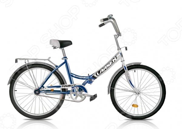 Велосипед городской Larsen Tourist 2016 года великолепная складная модель, которая отлично подойдет для взрослых и более опытных подростков. Данная модель идеально подойдет для катания по парковым дорожкам, тропинкам или городским дорогам. Велосипед имеет продуманную конструкцию со стильным дизайном, которая обеспечит максимальную безопасность и комфорт. Прочная стальная рама также оснащена жесткой вилкой, которая менее подвержена механическим повреждениям, коррозии и ржавчине в сырую погоду. Полноценная защита цепи исключает попадание в неё одежды и малейшую возможность случайно поцарапаться или пораниться. Другие особенности модели Larsen Tourist:  складная конструкция рамы гарантирует компактную перевозку и хранение велосипеда;  мягкое подгруженное седло придает комфорт и делает прогулки ещё более удобными;  высота руля регулируется;  колеса с покрышками Wanda и алюминиевыми ободами обладают отличной маневренностью, накатом и ускорением;  ножной педальный тормоз отличается простотой в использовании;  световые отражатели делают велосипедиста заметным для автомобилистов;  в конструкции предусмотрены полноразмерные крылья, которые спасают от грязи. Данная модель подойдет для новичков и любителей, которые ещё неуверенно держатся на двухколесном велосипеде. Широкие колеса обеспечивают прекрасное сцепление с дорожным грунтом, а простая конструкция руля и рамы, ножные тормоза позволят быстро освоиться.