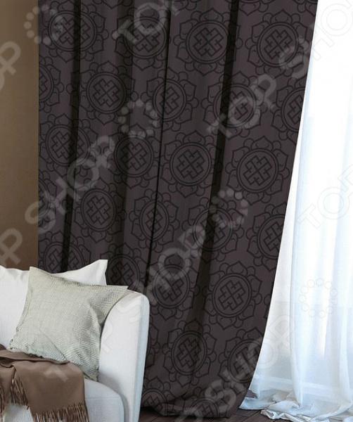 Домашний текстиль, в частности, шторы и гардины важная составляющая любого интерьера, ведь именно они делают помещение более уютным. Но как и любой другой элемент декора, шторы способны как подчеркнуть положительные стороны выбранного стиля интерьера, так и нарушить сложившуюся стилистическую и визуальную гармонию в вашем доме. С умом подобранные шторы способны преобразить вашу комнату, сделать её более светлой или уединенной, яркой или более спокойной, визуально больше или уютней. Обновить интерьер теперь просто! Штора блэкаут Волшебная ночь Gilt это идеальный вариант для вашей гостиной, спальни, гостевой. Прочная, плотная и качественная штора не только стильно оформит оконное пространство, но и позволит правильно расставить акценты в интерьере, скрыть небольшие недостатки в отделке. Особенность данной модели заключается в стильном, современном принте и насыщенной цветовой гамме. Такие шторы одинаково понравится ценителям классики и тем, кто следит за модными тенденциями!  Главная особенность и достоинство этой шторы заключается в материале, из которого она выполнена. Блэкаут это плотная, прочная и удивительно износостойкая ткань, которая обладает рядом достоинств:  светонепроницаемая, поэтому вы сможете легко регулировать степень освещенности в комнате;  этот приятный на ощупь материал прост в уходе, устойчив к загрязнениям и хорошо сохраняет тепло;  сохраняет свой первоначальный внешний вид после многочисленных стирок, не линяя и не теряя насыщенность, яркость цветов;  не накапливает статического электричества, поэтому не притягивает пыль.  за счет многослойной структуры надежно защищает от сквозняков.  Четыре ткани, четыре стиля, четыре степени Штора блэкаут Волшебная ночь Gilt легко сочетается с другими изделиями из коллекции Волшебная ночь . Вы сможете дополнить и подобрать свою идеальную композицию, используя шторы из других тканей: сатена, габардина или вуали. Каждый тип ткани имеет свою степень светонепроницаемости от отсутствия затемнения до полной защиты 