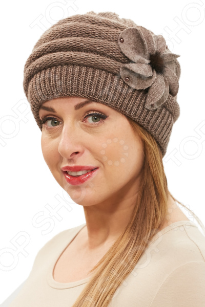 Шапка Ирина удобный головной убор, который подойдет женщинам любого возраста. Создавайте невероятные образы каждый день с помощью этого замечательного аксессуара. Прекрасно сочетается с осенней и зимней одеждой.  Теплая шапка двойной вязки.  Украшена оригинальным цветком с сердцевиной из натурального меха и бусинами по краям.  Подойдет на любой размер благодаря растяжимости ткани.  Изделие произведено в России. Шапка выполнена из материала, состоящего на 70 из шерсти и на 30 из акрила. Рекомендуется ручная стирка при температуре 20-30 C , глажка не требуется.