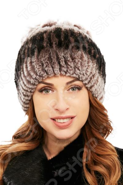 Шапка LORICCI Пушистый кролик удобный головной убор, который подойдет женщинам любого возраста. Создавайте невероятные образы каждый день с помощью этого замечательного аксессуара. Прекрасно сочетается с осенней и зимней одеждой.  Женская шапка из натурального меха.  В модели сочетаются 2 вида техник расположения меха, что дает шапке дополнительный декор  Изделие произведено в России. Шапка выполнена из материала, состоящего на 100 натурального меха. Рекомендуется обращаться в химчистку.