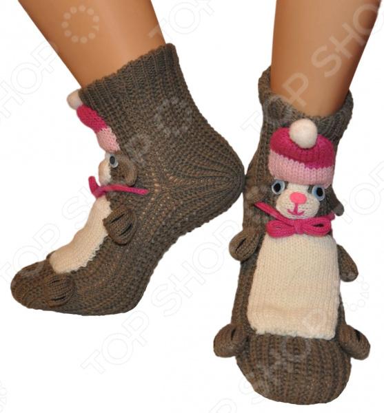 Носки с игрушкой HOBBY LINE Зайчик предназначены специально для детей и могут одновременно служить тапочками. Украшенная забавной 3D игрушкой, модель прекрасно подойдет для ежедневной носки по дому. Вязаные носки отличный выбор для холодного времени года. В них малышу будет комфортно и уютно.  Оцените преимущества носков от бренда HOBBY LINE:  Комфортно прилегают к ноге.  Выполнены в необычном, креативном стиле.  Украшены 3D игрушками с помощью ручной работы.  Легко отстирываются и быстро сохнут. Носки с игрушкой HOBBY LINE Зайчик изготовлены из смеси искусственных волокон. Материал обладает целым рядом отличных потребительских свойств: воздухопроницаемость, мягкость, устойчивость к истиранию. Изделие крайне практично и не деформируется после стирки.