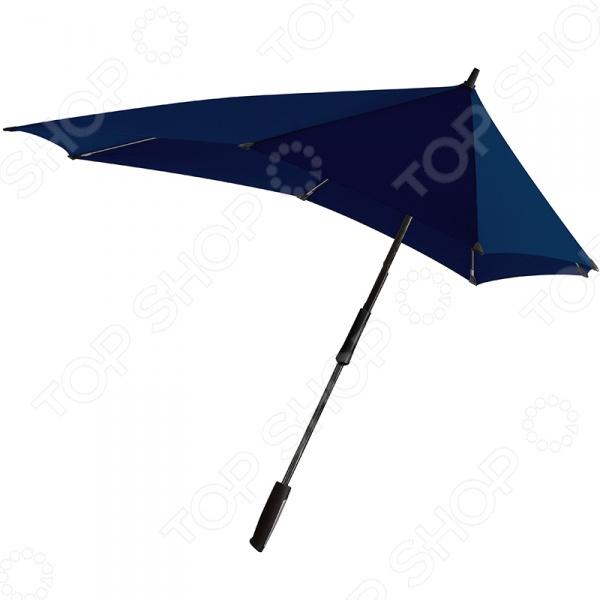Зонт-трость Senz XXL станет отличным дополнением к набору ваших аксессуаров. Он не только надежно защитит от проливного дождя и отлетающих брызг, но и придаст вашему образу изысканности и элегантности. Купол модели имеет нестандартную удлиненную форму, что позволяет надежно защитить спину и лицо от косых дождей. Благодаря усовершенствованной конструкции, зонт не выворачивается наизнанку даже при при сильном порывистом ветре со скоростью 100 км ч. Среди основных преимуществ предлагаемой модели можно отметить:  УФ-защиту купол выполнен из ткани обеспечивающей защиту от ультрафиолета 50 ;  эргономичную мягкую ручку;  наличие специальных колпачков на кончиках спиц;  стержень из стеклопластика;  наличие удобного чехла для хранения.