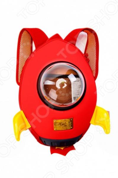 Ранец Bradex Ракета забавный ранец в виде ракеты, позволит малышу носить все необходимое при себе. В ранце предусмотрен специальный прозрачный иллюминатор. По габаритам очень компактный, но очень вместительный и прочный. Если вы хотите преподнести своему ребенку интересный и полезный подарок, такой ранец станет отличным выбором. Это не просто удобный рюкзак для вещей, но и стильный аксессуар, который поможет ребенку быстро собраться в дорогу, на прогулку или в детский сад.  В ранец легко поместятся небольшие игрушки, канцтовары, сладости и многое другое.  Особый дизайн изделия предотвращает трение лямок о плечи и способствует комфортному ношению, а прозрачное пластиковое окошечко в центре ранца станет необычной изюминкой рюкзачка.  Не требует особого ухода, грязь с него легко отстирывается теплой мыльной водой.