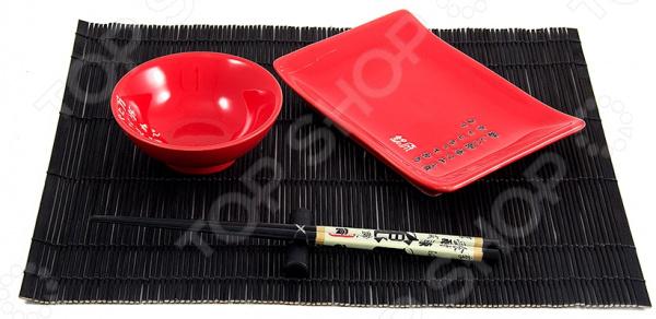 Набор для суши на 1 персону 13782 комплект посуды и дополнительных принадлежностей японской кухни. В наборе представлена тарелка для суши, емкость для соевого соуса, комплект палочек с подставкой и циновка. Идеальный набор для поклонников восточного деликатеса, которые предпочитают готовить его собственными руками. Японцы крайне щепетильно относятся к вопросам еды, поэтому тем, кто решается приготовить суши в домашних условиях и желает полностью погрузиться в особую атмосферу восточной кухни, также нужно обзавестись всеми необходимыми элементами в частности, специальным набором для суши. Изготовлен он из натуральных материалов, керамики и бамбука, поэтому будет идеально сочетаться с продуктами питания. Циновка защитит поверхность стола от загрязнений и ограничит территорию приема пищи, чтобы вы чувствовали себя максимально комфортно. Изделия из керамики рекомендуется очищать в теплой воде без использования моющих средств с абразивными включениями.