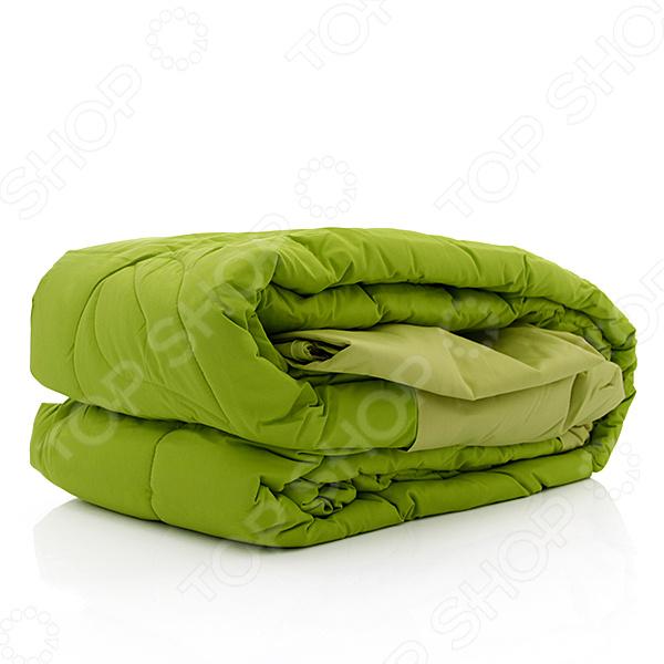 Превосходное постельное белье может кардинально изменить интерьер и атмосферу, царящие в спальне. Купите комплект постельного белья Dormeo Trend Set V2 это превосходная возможность украсить спальню высококачественным постельным бельем, сделать интерьер спальни более насыщенным и ярким, это простое и практичное решение для каждой хозяйки. Это инновационный комплект, теперь вы можете забыть о стандартной процедуре смены постельного белья, на которую уходит немало времени и усилий - к одеялу с помощью кнопок пристегивается простыня, благодаря этому вы быстро и легко смените постельное белье. Наволочка и простыня изготовлены из 100 хлопка. Постельные принадлежности, изготовленные из натуральных тканей, дарят незабываемые ощущения единства с природой. Постельные принадлежности из натуральных тканей являются незаменимыми, если у вас чувствительная кожа. Хлопок отличается долговечностью и прочностью, мягкостью, обеспечивает воздухопроницаемость и дарит сохраняющееся надолго ощущение легкости. Наполнитель одеяла из комплекта Dormeo Trend усовершенствованная микрофибра Wellsleep, доказано, что она отличается универсальностью в использовании. Микрофибра Wellsleep обладает превосходными термосвойствами, очень приятная на ощупь, кроме того, степень впитывания влаги микрофиброй является минимальной. Благодаря необычной структуре волокна образуются кармашки воздуха, придающие одеялу дополнительный объем. Создается ощущение, как будто одеяло изготовлено из пуха, это одеяло выгодно отличается от других одеял. Этот комплект, изготовленный из высококачественной ткани, долговечный, легкий в уходе, идеальный выбор для современного дома. Почему бы вместо классического пододеяльника не воспользоваться уникальной простыней, пристегивающейся к одеялу с помощью кнопок Ведь благодаря этому потребуется намного меньше усилий для того чтобы сменить постельное белье. Простыни пристегиваются к одеялу с помощью кнопок, при необходимости постирать простынь вы просто меняете ее на дополнительную про